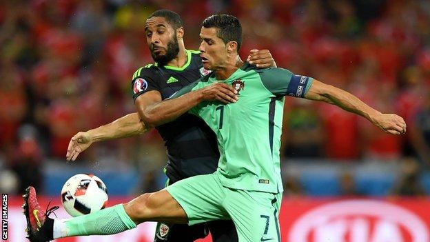 Ashley Williams en action contre Cristiano Ronaldo