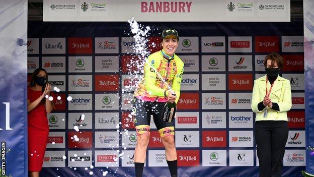 Marta Bastianelli 在領獎台上用香檳慶祝