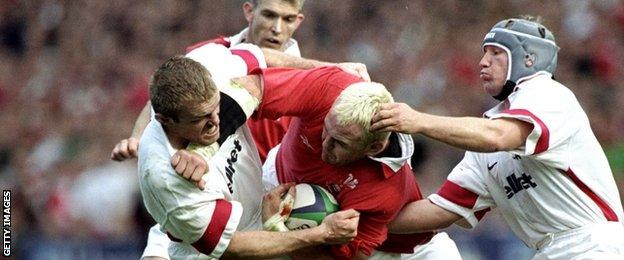 Scott Quinnell takes on England in 1999