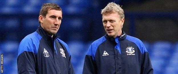 Alan Stubbs speaks to David Moyes during an Everton training session in April 2012