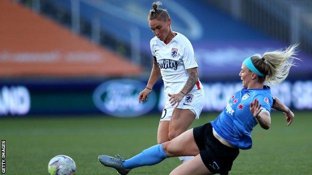 Jess Fishlock on the ball