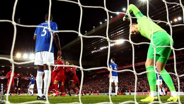 Jordan Pickford punches the ground
