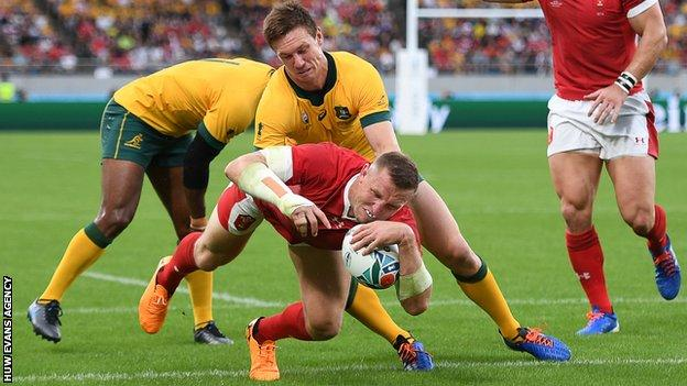 Hadleigh Parkes touches down for Wales' first try