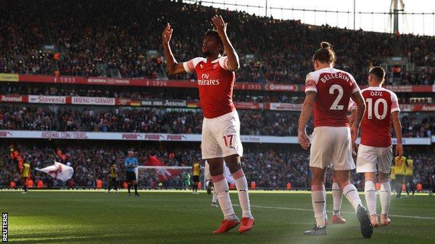 Arsenal midfielder Alex Iwobi (centre)