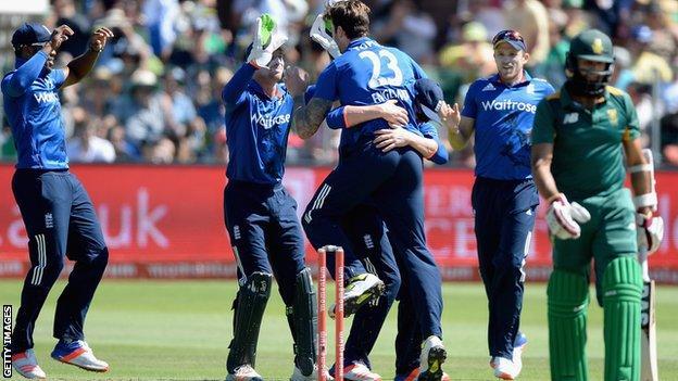 Reece Topley claims an early breakthrough for England