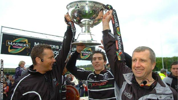 Lyn Jones (right) celebrating a Magners League title in 2007 with Sean Holley and James Hook