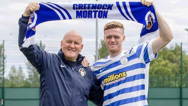 Morton manager Jim Duffy and new signing Denny Johnstone