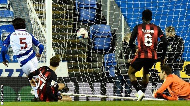 Tom McIntyre ilk yarının ortasında Reading'i 2-0 öne geçirdi