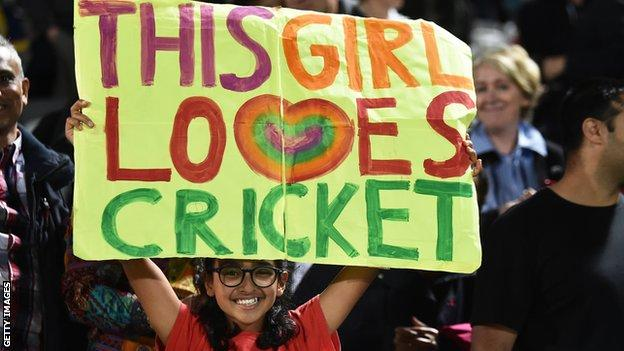 A fan at the Hundred final holds up a sign saying 'this girl loves cricket'