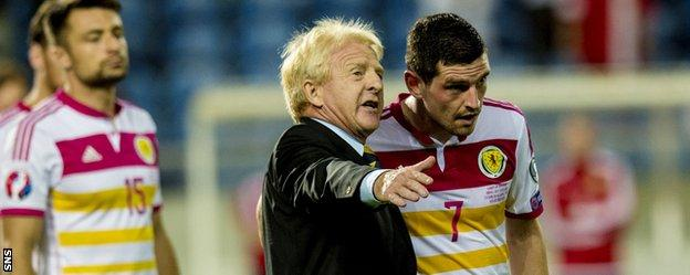 Scotland manager Gordon Strachan chats with Graham Dorrans in Portugal