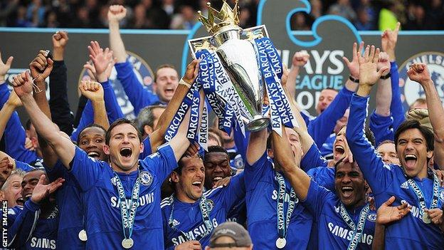 Frank Lampard holding the Premier League trophy