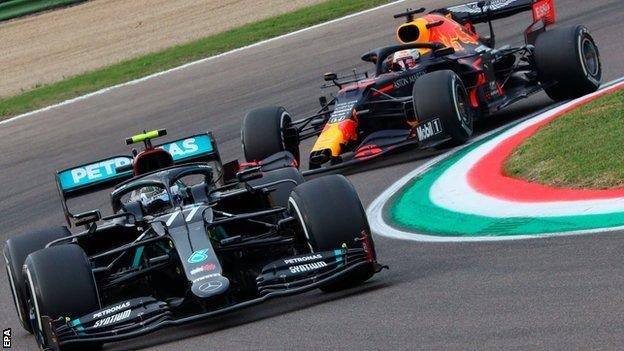 Max Verstappen closes down Valtteri Bottas