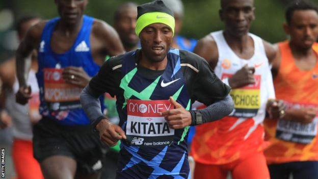 Shura Kitata takes the lead at the 2020 London marathon