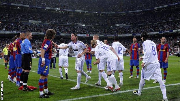 Barcelona give Real Madrid guard of honour