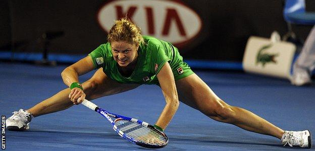 Kim Clijsters does the splits in a rally