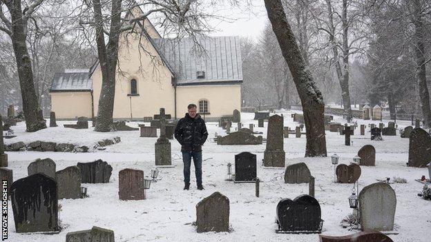 Rohlin at Karlsson's grave in Vasteras