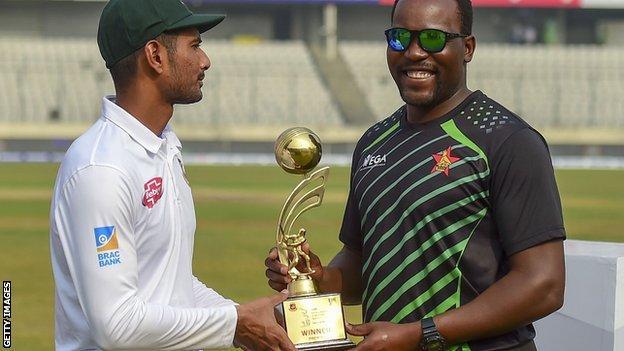Bangladesh captain Mahmudullah and Zimbabwe skipper Hamilton Masakadza with the Test series trophy