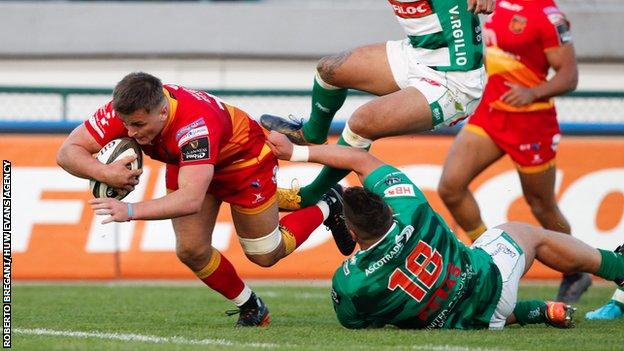 Connor Edwards breaks the tackle of Tiziano Pasquali and runs to score try