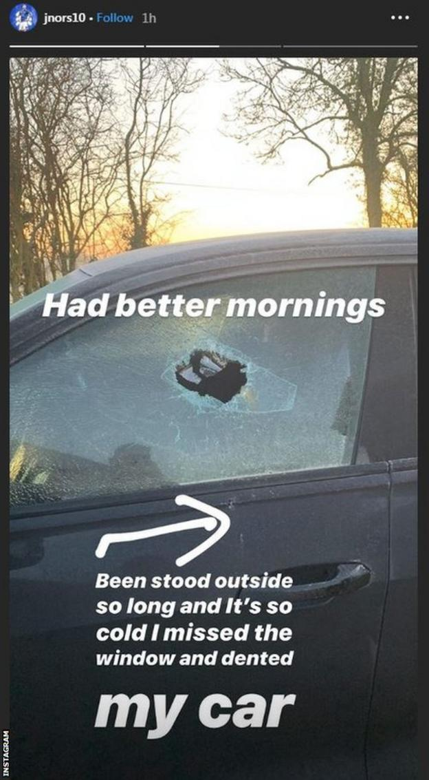 Нападающий Ипсвич тауна Джеймс Норвуд разбивает окно машины камнем.   фото № 2