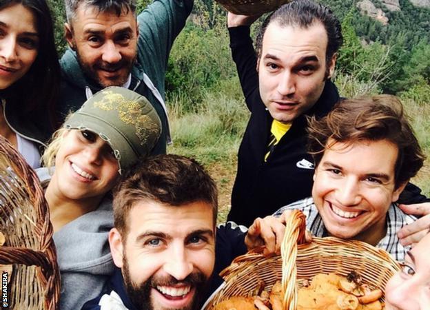 Pique and Shakira go mushroom picking