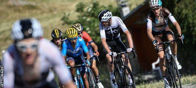 Geraint Thomas rides clear