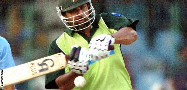 Inzamam-ul-Haq plays a pull shot