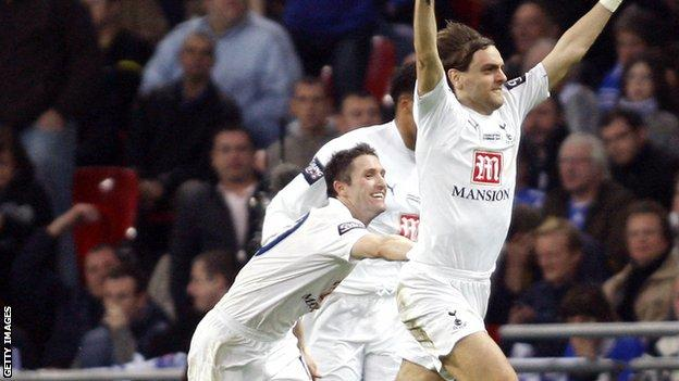 Robbie Keane and Jonathan Woodgate celebrate the winning goal in the 2008 League Cup final