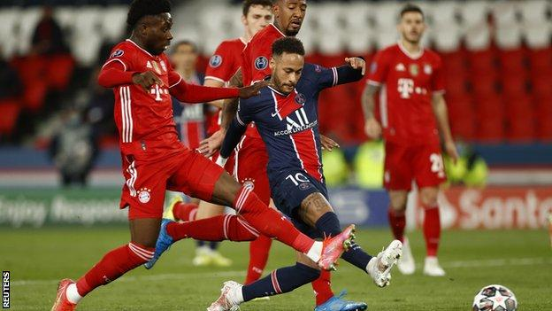 Neymar plays the ball with Bayern Munich players around him