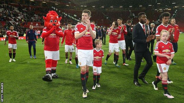 Man Utd players applaud crowd after final game of the season