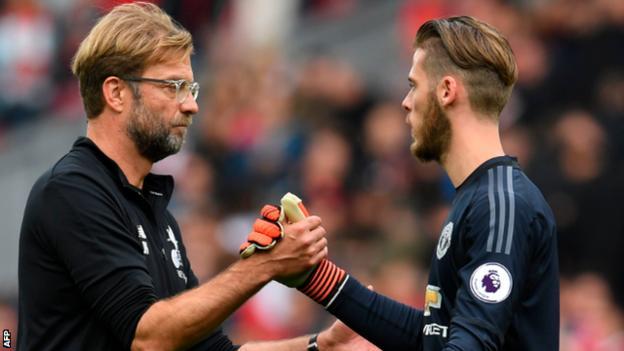 Liverpool manager Jurgen Klopp congratulates David de Gea at the end of the match