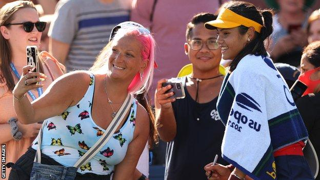 Emma Raducanu poses for selfies with US Open fans
