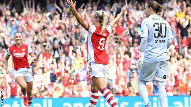 Beth Mead celebrates for Arsenal