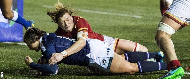 Lisa Thomson scores a try