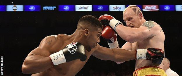 Gary Cornish tries to cope with the attacks of Anthony Joshua