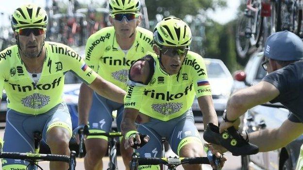 Alberto Contador (second right) had to change his shoe