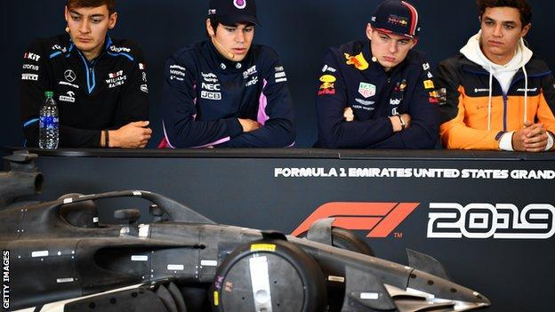驾驶员欣赏2021 F1汽车模型