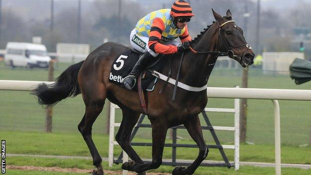 Might Bite running, with jockey Nico de Boinville on board