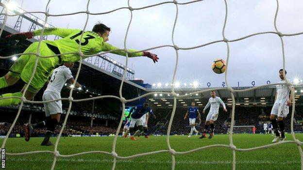Oumar Niasse headed Everton's second low into the corner from a Cuco Martina cross