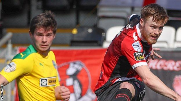 Cliftonville remains three points ahead of the Crusaders after a 2-2 draw at Seaview