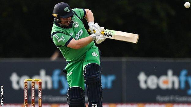 पॉल स्टर्लिंग और साथी सलामी बल्लेबाज केविन ओ'ब्रायन ने दुबई में आयरलैंड के शुरुआती विकेट के लिए 90 रन जोड़े