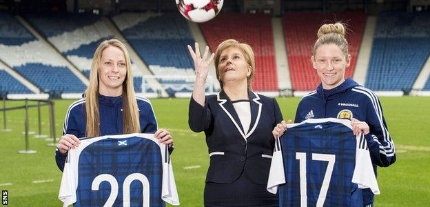 Hibs' Joelle Murray, Nicola Sturgeon and Glasgow City's Leanne Ross