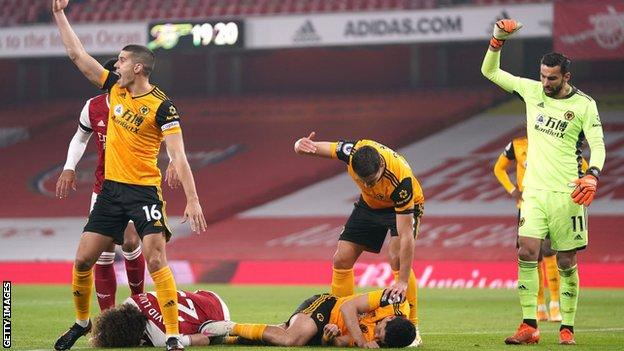 Wolves players call for medical attention for Raul Jimenez