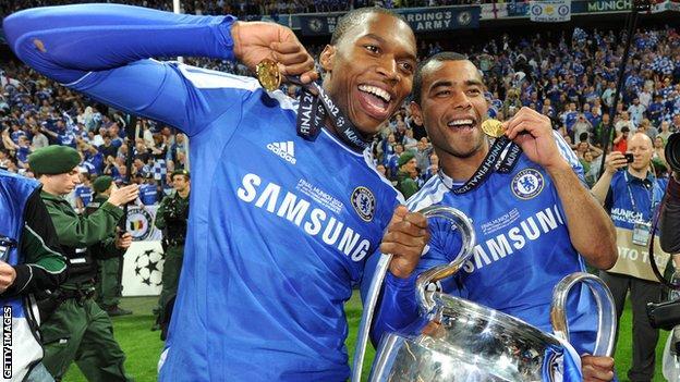 Ashley Cole (rechts) feiert den Gewinn der Champions League mit Didier Drogba (links)