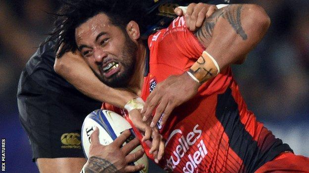 Samu Manoa is tackled