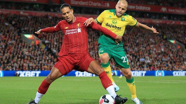 Защитник Ливерпуля Вирджил ван Дейк борется за мяч с Теему Пукки из Норвич Сити