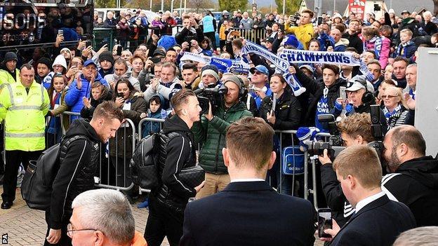 Fans applaud as Jamie Vardy arrives