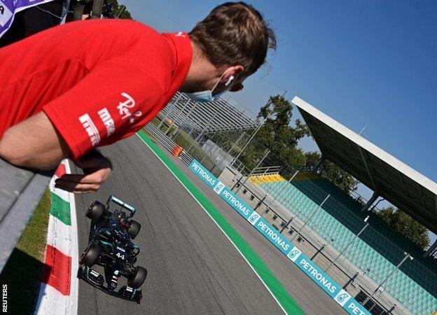 Sebastian Vettel guarda Lewis Hamilton tagliare il traguardo per prendere il punto di partenza a Monza