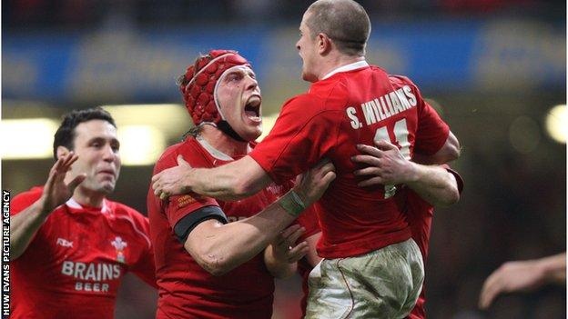 Alun Wyn Jones and Stephen Jones congratulate Shane Williams on becoming Wales record try scorer against France in 2008