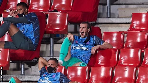 Zinedine Zidane yawns while on the bench