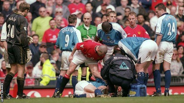 Roy Keane of Manchester United shouts at Alf Inge Haaland of Manchester City following his red card during the Manchester derby, 2001